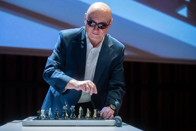 Na zdjęciu Marek Kalbarczyk, przewodniczący Rady Fundatorów Fundacji Szansa dla Niewidomych pokazujący mówiące szachy przystosowane do potrzeb osób niewidomych.