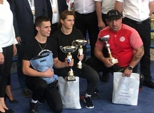 Trener pięściarzy Widzewa Bogdan Szuba (od prawej) był zadowolony z osiągnięć swoich podopiecznych