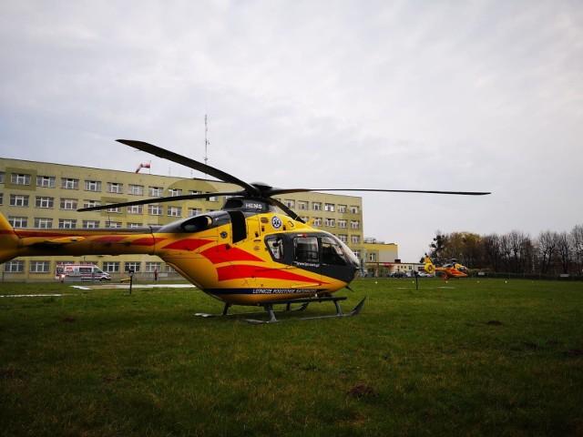 Dwa śmigłowce LPR na lądowisku przy szpitalu w Oleśnie.