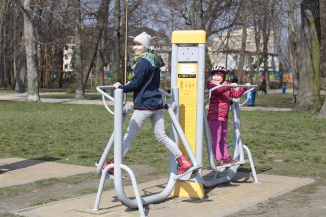 W parku nad Odrą prawdziwy ruch! Opolanie spacerują, ćwiczą, jeżdżą na rolkach, biegają, opalają się. Poniedziałek wielkanocny jest pierwszym tak ciepłym dniem tej wiosny.