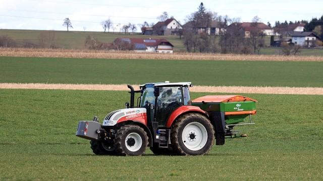 Na polach już wiosna, choć nie wszędzie jeszcze udało się wjechać ciągnikiem ze względu na grząski grunt.