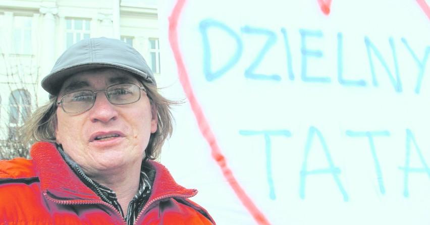 Protestujący Sławomir Dul domaga się przed piotrkowskim...