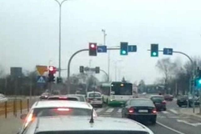 Zakaz skrętu w lewo nie dotyczy kierowcy autobusu