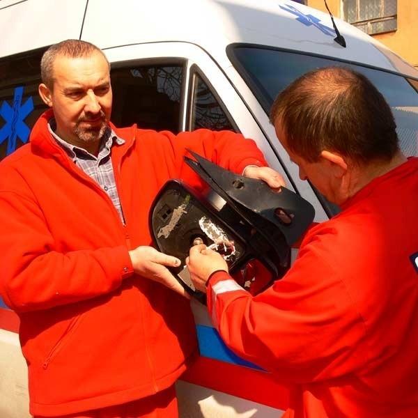 Pijany mężczyzna rozbił lusterko, naderwał zderzak i poobijał ambulans - pokazują pracownicy jarosławskiego pogotowia.