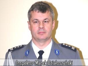 Inspektor Marek Działoszyński ma 46 lat. Jest żonaty, ma dwoje dzieci. Jest absolwentem wydziału prawa i administracji filii Uniwersytetu im. Adama Mickiewicza w Poznaniu. Interesuje się wędkarstwem, literaturą współczesną, lubi dobre kino i teatr.