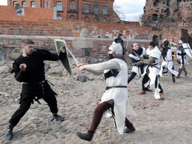 Średniowieczne szaty przywdziali aktorzy Teatru Horzycy i Teatru Wiczy, towarzyszyli im rycerze z grup rekonstrukcyjnych