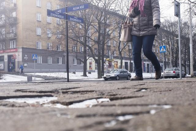 Na remont dziurawych dróg i chodników w pięciu nowohuckich dzielnicach miało trafić 2 mln zł