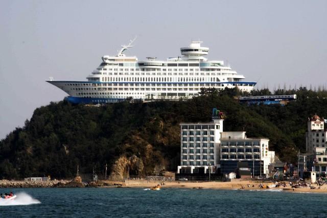Sun Cruise Resort & Yacht to hotel w Korei Południowej, zbudowany na klifie nad malowniczą plażą. Żeby goście czuli się jak na prawdziwym okręcie, z głośników stale emitowany jest szum fal, a w hotelowym basenie znajduje się słona woda.Licencja