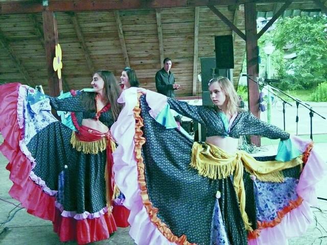 Starsze dziewczęta z zespołu Słoneczko tradycyjnie zaprezentowały białowieskiej publiczności swój cygański taniec