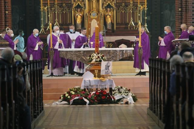 Msza pożegnalna biskupa Gerarda Kusza w gliwickiej katedrze.Zobacz kolejne zdjęcia. Przesuwaj zdjęcia w prawo - naciśnij strzałkę lub przycisk NASTĘPNE