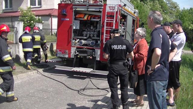 Jedną, starszą osobę zabrało pogotowie. Pozostałym domownikom, kobiecie i młodemu mężczyźnie, nic się nie stało.  - Nie wiedziałem że się pali. Dym zauważyłem dopiero, kiedy przyjechała straż pożarna - mówi starszy mężczyzna, mieszkaniec ul. Garnizonowej.http://get.x-link.pl/cf9661e4-c1a7-7338-12dd-328954f2eb7f,b3ea2e96-f592-9f9a-0be4-6f23b51502f9,embed.html