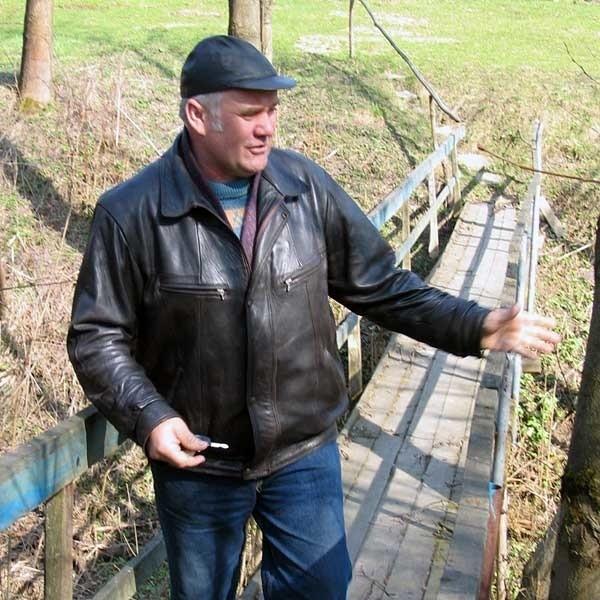 Do gospodarstwa pana Kiczorowskiego można dostać się przez kładkę, ale maszyna przez nią nie przejedzie.