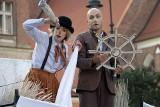 """Grudziądz. Spektakl teatralny """"Pan i Pani O!"""" na Rynku głównym w wykonaniu teatru Pantomimy Mimo. Zobacz zdjęcia"""