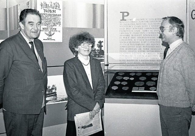"""Alojzy Data (z lewej) na otwarciu wystawy """"Gdynia dawna i nowsza"""" w Muzeum Miasta Gdyni, 1988 r."""