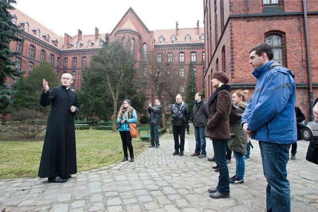 Kleryk Piotr Rozpędowski oprowadzał Czytelników  po seminaryjnym ogrodzie, z którego można wyjść dzięki specjalnemu kodowi