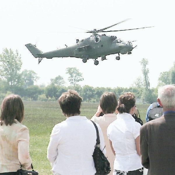 Uroczystość na lotnisku zakończyła defilada - na  ziemi pododdziałów, a w powietrzu grupy  śmigłowców Mi-2 i Mi-24.