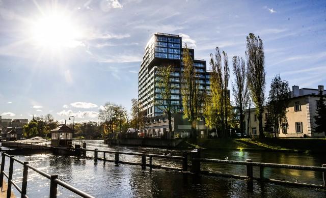 """Deweloperzy budują u nas na potęgę. Powstają nowoczesne osiedla, często z apartamentami, gdzie oprócz """"czterech kątów"""" inwestor musi zaproponować klientowi dużo więcej. Liczą się nowoczesność, oryginalność, wygoda, lokalizacja.Prezentujemy dziś jedne z ładniejszych, naszym zdaniem, inwestycji w kilku miastach naszego regionu - Bydgoszczy, Włocławku, Toruniu, Inowrocławiu, Grudziądzu. Niektóre budynki są już zamieszkane, inne dopiero powstają. Szczegóły na następnych slajdach."""