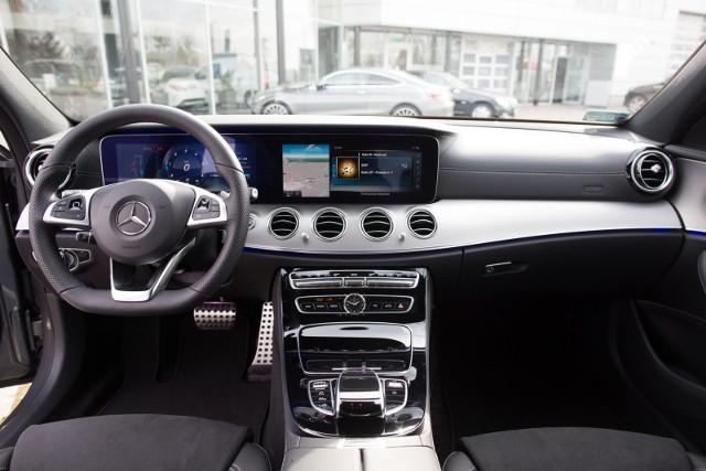 Noworoczne wyprzedaże aut: kupujący mogą liczyć przede wszystkim na niższe ceny aut, a dealerzy są skłonni negocjować warunki zakupu.