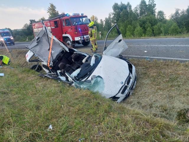 Do wypadku bmw doszło w niedzielę ok. godz. 19.30 na DW 975 w Olszynach. Pomocy medycznej wymagali podróżujący samochodem