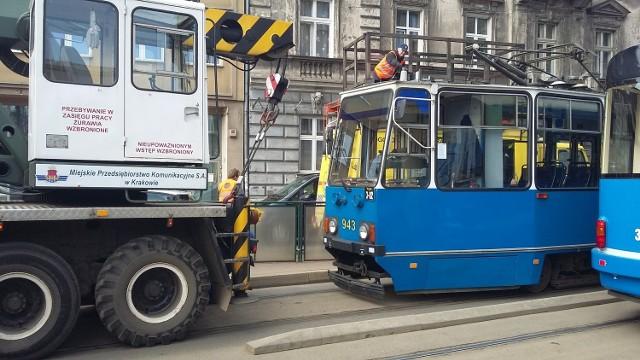 Wykolejenie tramwaju na ul. Starowiślnej w Krakowie.