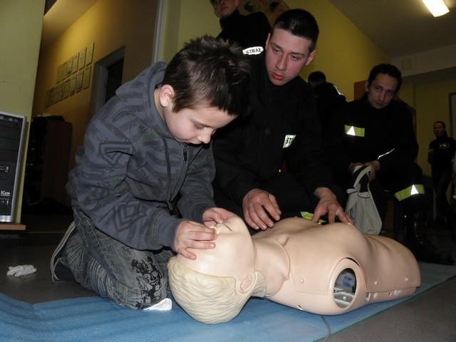 Marek Wziętek tłumaczy zasady udzielania pierwszej pomocy