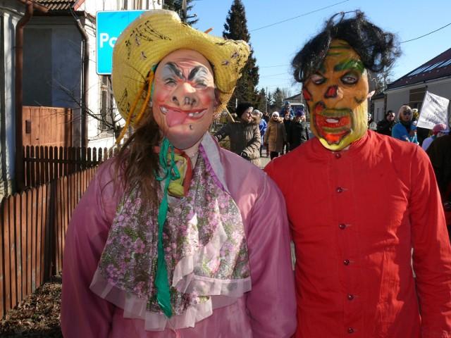Barwne postaci z pochodu.
