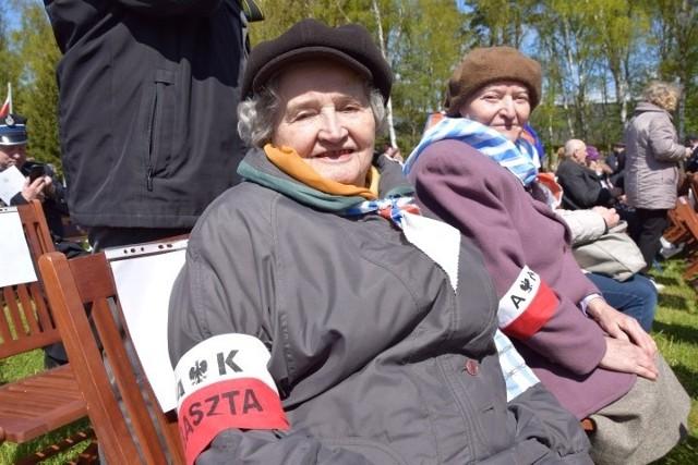 Obecni pod Pomnikiem Walki i Męczeństwa byli więźniowie KL Stutthof otrzymali od uczestników gromkie brawa