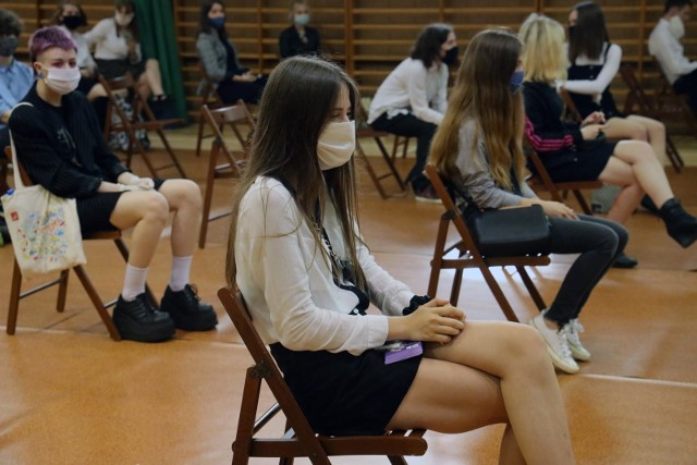 Od 1 września w w większości szkół w Polsce rozpoczynają się tradycyjne zajęcia. Codzienność nie będzie już jednak wyglądać tak, jak przed pandemią. Uczniów czekają zmiany, do których będą musieli się dostosować. Szkoły muszą przede wszystkim spełnić wytyczne sanitarne, opracowane przez GIS, MEN i MZ. Dla uczniów oznacza to konieczność przestrzegania wielu nowych zasad.