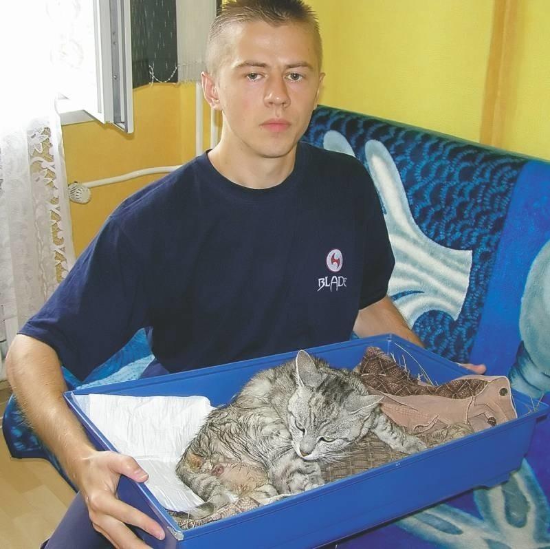 - Ten kot bardzo chce żyć, dlatego postanowiłem go przygarnąć i szukać pieniędzy na operację – mówi Dariusz.