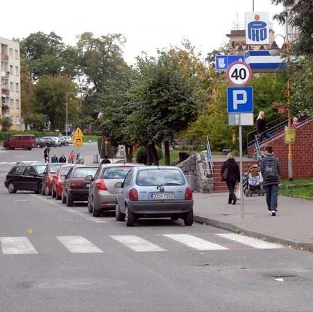 Swojego busa mieszkaniec Szczecina zaparkował przed tym przejściem dla pieszych