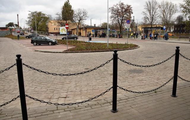 - Zakończyliśmy jedną z większych inwestycji w Inowrocławiu, długo wyczekiwaną przez nas, mieszkańców jak i gości naszego pięknego miasta. Jak planowaliśmy, plac przed dworcem PKP stał się godną wizytówką naszego miasta - podkreślił prezydent Ryszard Brejza. Dziś (28 października), tuż po godzinie 15, po kilkumiesięcznej przerwie na teren przed dworcem wjechały pierwsze pojazdy. Dzięki poważnej przebudowie plac zyskał całkowicie nową nawierzchnię, a także nowe miejsca postojowe na chwilę, w tzw. systemie kiss and ride. Wymieniona została tam infrastruktura podziemna. Zamontowano oświetlenie LED. Wybudowano dwie nowe wiaty przystankowe z tablicą elektroniczną. Całość ozdobiły nasadzenia. Inwestycja pochłonęła 5,4 mln zł, w tym 3,5 mln zł z Unii Europejskiej. Wykonała ją firma Budimex z Warszawy. W związku z zakończeniem robót dworzec PKP znów jest końcowym i początkowym przystankiem dla autobusów MPK. Oznacza to, że przestały funkcjonować tymczasowe przystanki zlokalizowane przy ul. Magazynowej.