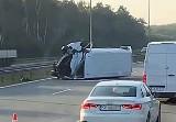 Wypadek na A1 w Knurowie. Minibus dachował na autostradzie. Na miejscu policja, straż pożarna i ratownicy medyczni