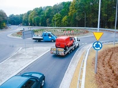 Kierowcom nie podobają się ostre wjazdy i zjazdy na rondo. Zarządca przekonuje: dzięki temu samochody będą jeździć wolniej. (fot. Radosław Dimitrow)