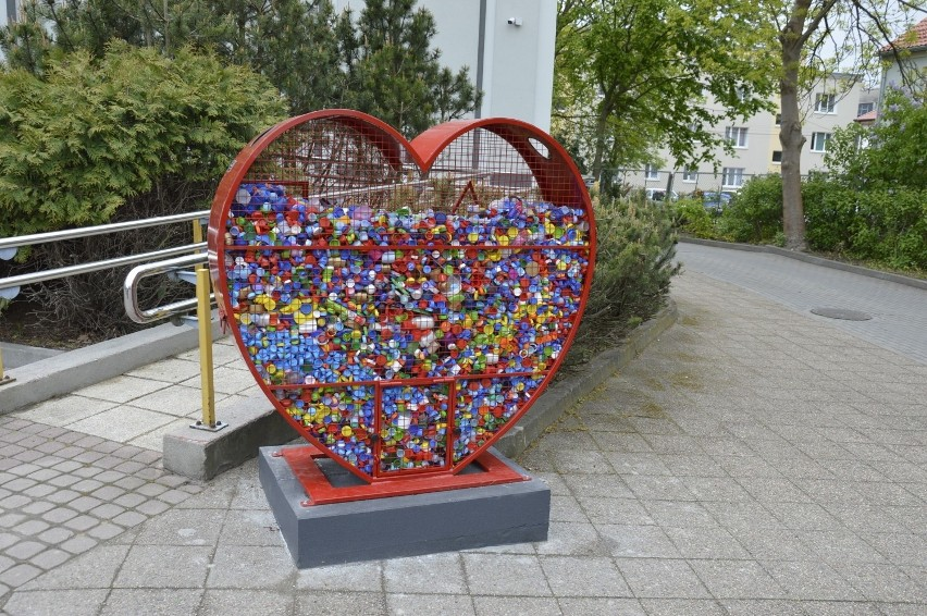 Metalowe pojemniki na plastikowe nakrętki znajdują się w różnych miastach. Są w kształcie serca. W Bielsku-Białej będą nawiązywały kształtem do kultowego fiata 126, jaki by produkowany w Bielsku-Białej