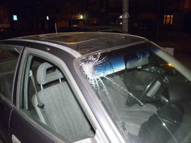 23-latek z Torunia skakał po samochodach