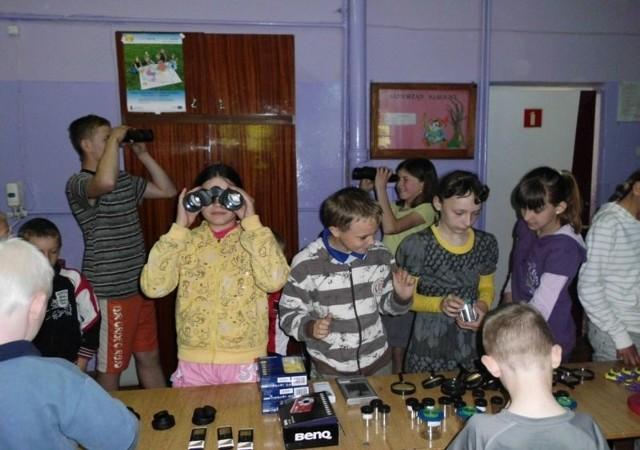 Uczniowie chętnie sięgnęli po pomoce dydaktyczne otrzymane w ramach projektu: lupy, lornetki, książki i albumy.