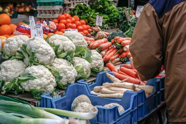 W czerwcu GUS odnotował wyraźnie taniejące warzywa (-2,4% m/m, bz. r/r), ale drożejący nabiał (3,8% m/m), owoce (1% m/m, aż 27,7% w skali roku) i cukier (1,5% m/m, 8,2% r/r).