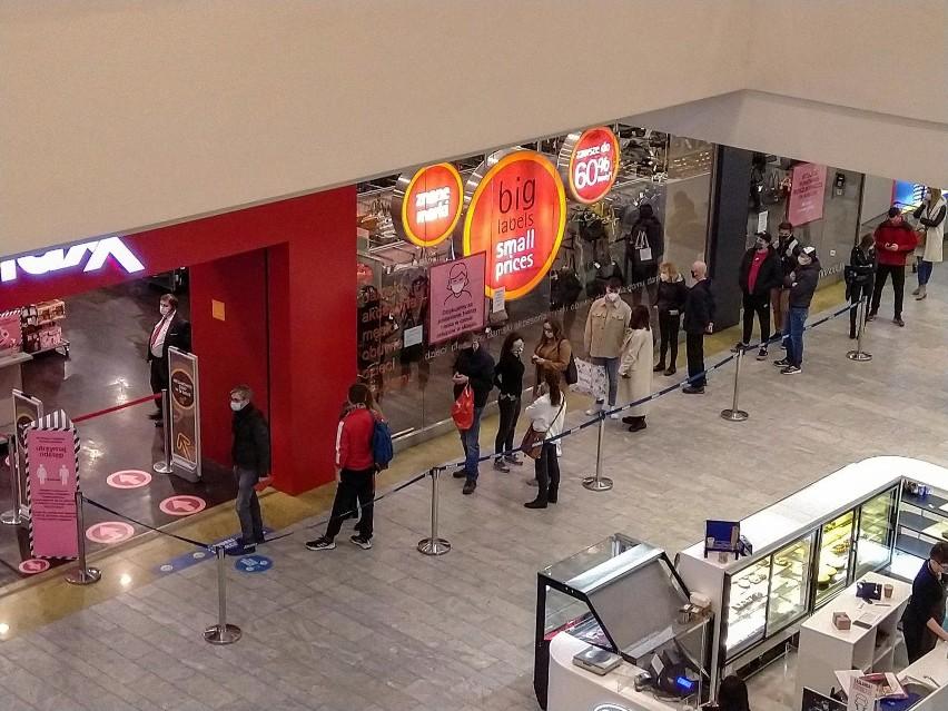 W sklepach stale obowiązuje ograniczenie liczby klientów – 1...