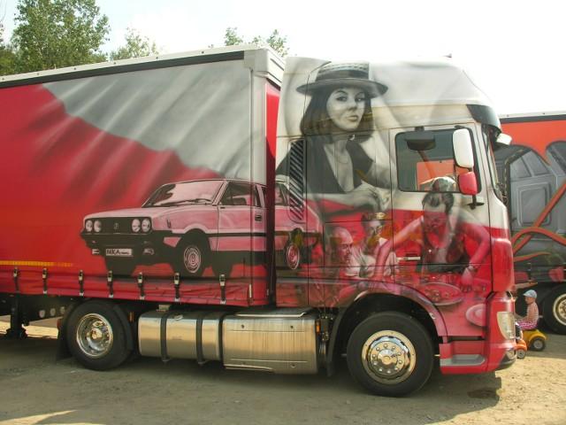 Stuningowane ciężarówki, które przyjeżdżają od jedenastu lat na zlot Master Truck to prawdziwe dzieła sztuki na kołach. Na zdjęciu zestaw gliwickiej firmy Nika-Trans pomalowany w biało-czerwone barwy.