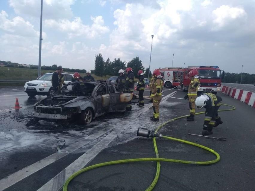 Spalony samochód na autostradzie pod Wrocławiem