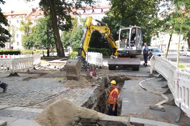 Na placu Daszyńskiego budowany jest nowy wodociąg.