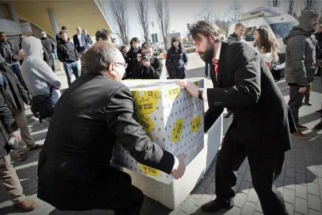 W poniedziałek marszałek Cezary Przybylski (z lewej) i jego rzecznik Zbigniew Drzewiecki z dumą pakowali dary do busa. Teraz marszałek zwolnił za to rzecznika