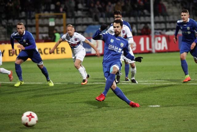 Miedź Legnica pokonała Chojniczankę Chojnice 5:2, a Marquitos zdobył dwa gole dla gospodarzy.
