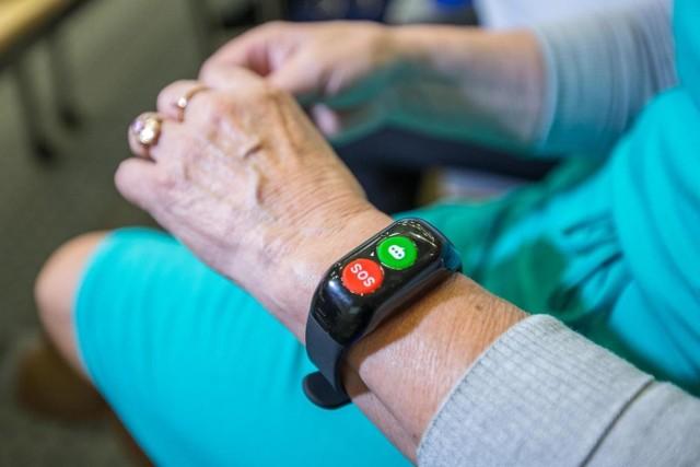 Niepozorne urządzenie przypominające bransoletkę czy zegarek, może uratować seniorowi życie