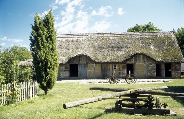 Skansen w Nadolu na Kaszubach znany jako Zagroda Gburska i Rybacka, położony jest nad Jeziorem Żarnowieckim. Skansen jest niewielki, a obejmuje tradycyjną zagrodę wiejską z XIX wieku. W jej skład wchodzą: domostwo, zabudowania gospodarcze oraz obiekty towarzyszące takie jak wozownia, kierat, pasieka, piec chlebowy i inne. Ponadto można tu zobaczyć chatę rybacką i remizę strażacką.muzeumpuck.pl
