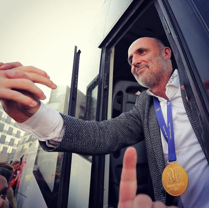 Trener Cracovii Michał Probierz z pamiątkowym medalem za zdobycie Pucharu Polski