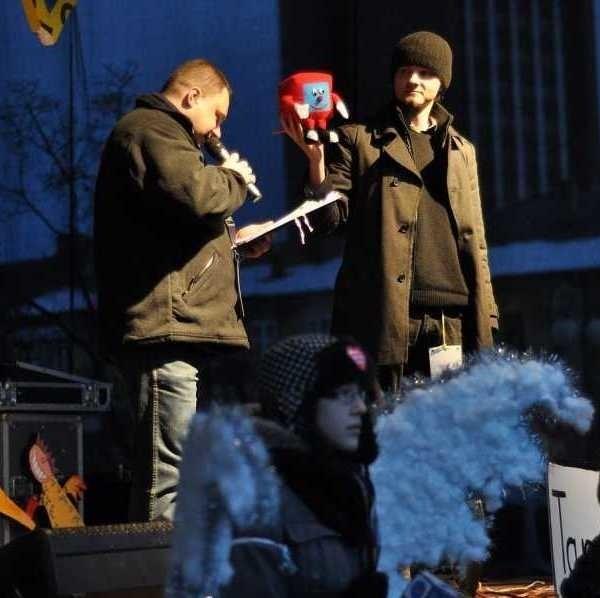 Licytacje na scenie w trakcie XIX Finału Wielkiej Orkiestry Świątecznej Pomocy w Tarnobrzegu wzbogaciły konto miejscowego sztabu o 2677 złotych.