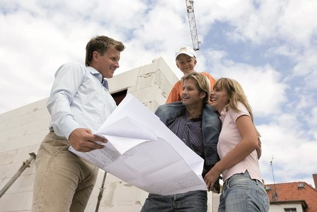 Budow domu jednorodzinnegoMożliwość odliczenia VAT na materiały budowlane wynika z ustawy wprowadzonej po wzroście podatku VAT z 7 do 22, a następnie do 23%. Opcja ta kończy się 31 grudnia 2013 roku, wraz z wprowadzeniem programu Mieszkanie dla Młodych. Osoby, które planują budowę lub remont powinny rozważyć zakup materiałów jeszcze w tym roku, by zaoszczędzić.