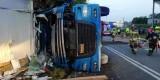 Janowo. Wypadek zablokował dk 58. Ciężarówka uderzyła w budynek. Ranny kierowca trafił do szpitala (zdjęcia)