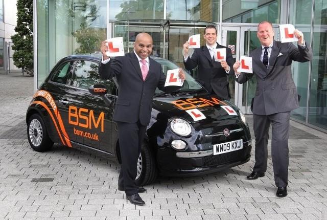 Szefowie BSM i Fiat 500 w barwach auto-szkoły